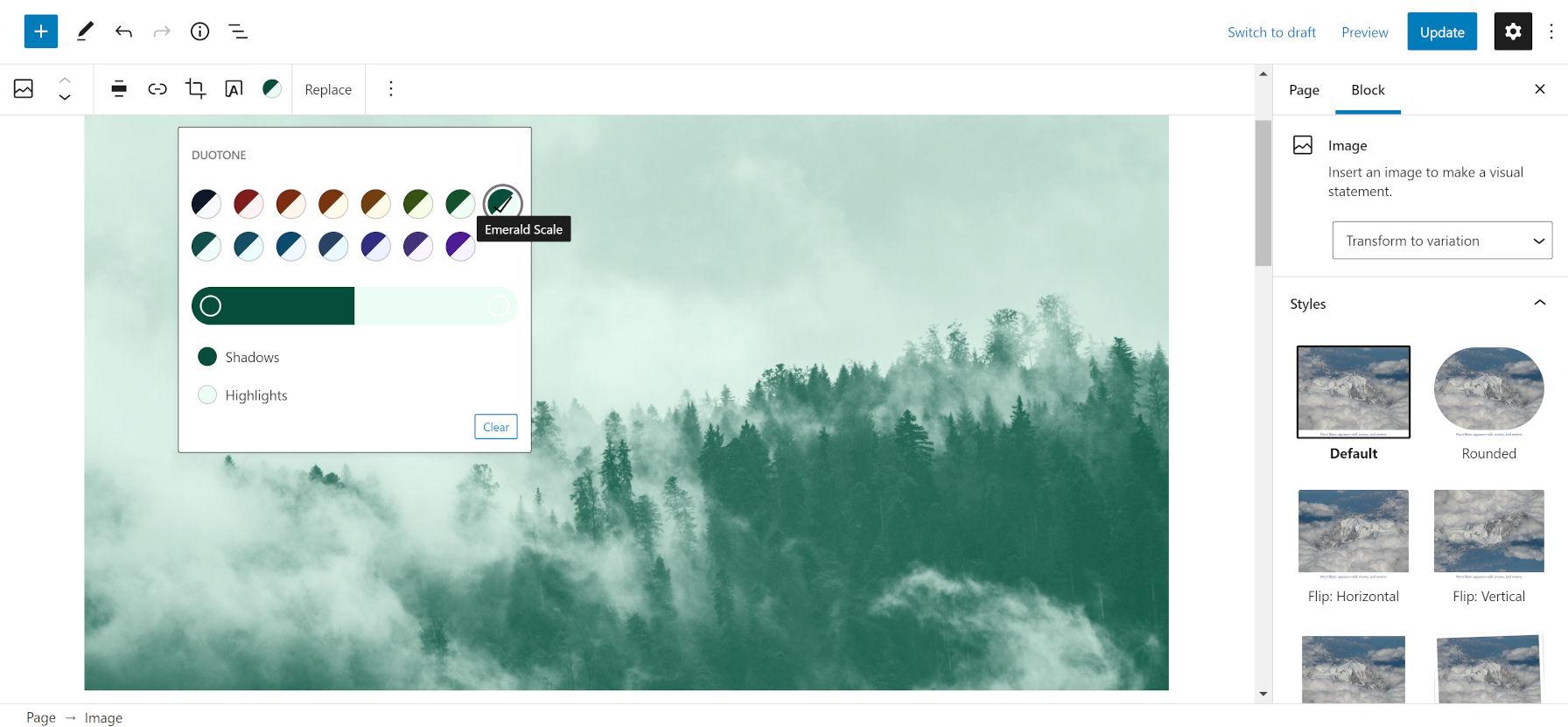 Filtro personalizzato a due tonalità color smeraldo su un'immagine di alberi e cielo.